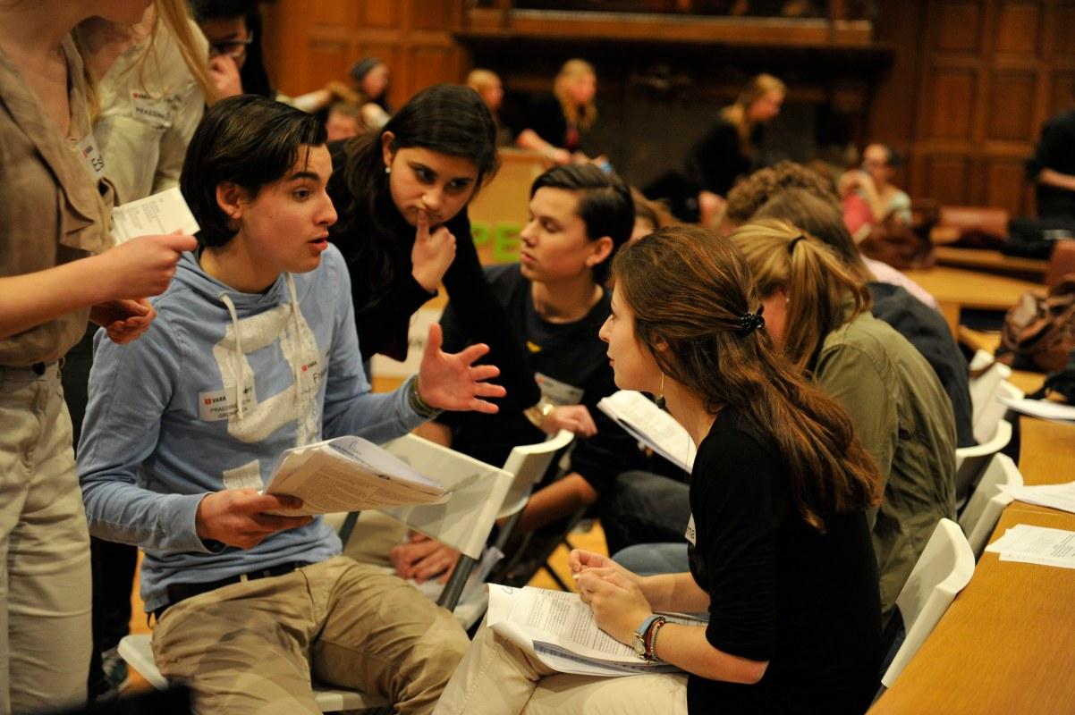 Leerlingen overleggen over de stelling tijdens de voorbereiding op een debat